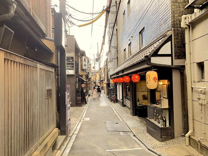 【京都】先斗町(ぽんとちょう)の魅力を紹介!裏路地グルメ、アクセス、おすすめスポットまとめ