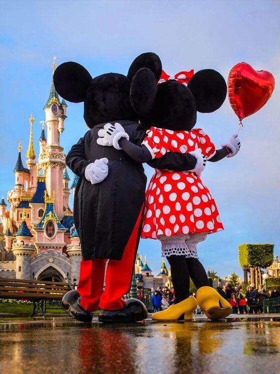ずっとラブラブなミッキーとミニー。そんな二人にお祝いしてもらえる幸せ♡