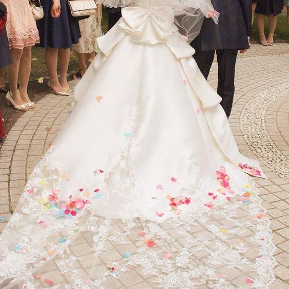 純白のウエディングドレスに咲く色とりどりの花