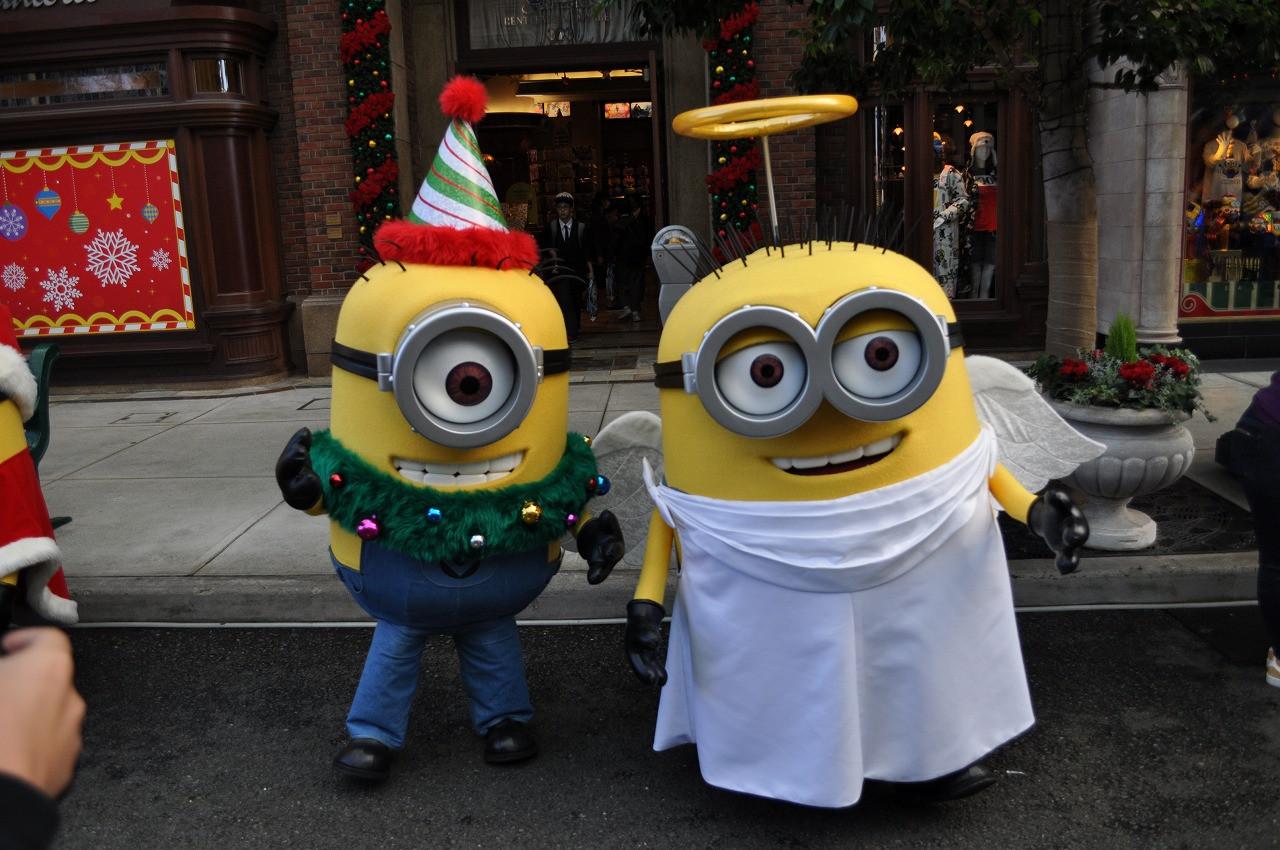 ミニオンのカール(左)とジェリー(右)。ツリーと天使になっています