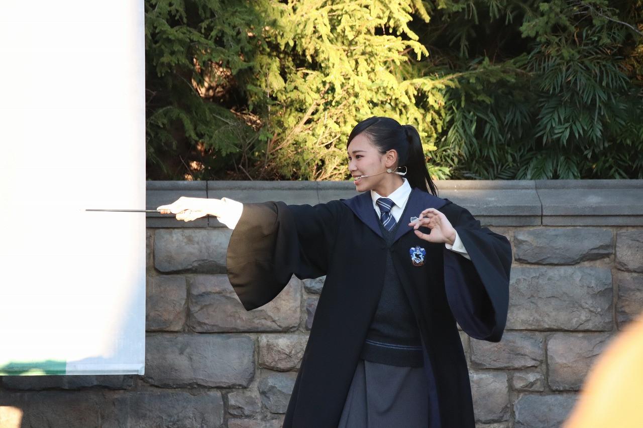 魔法をかけるレイブンクローの生徒