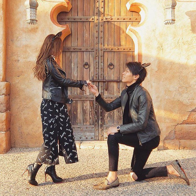 王子様とプリンセスの手つなぎポーズ