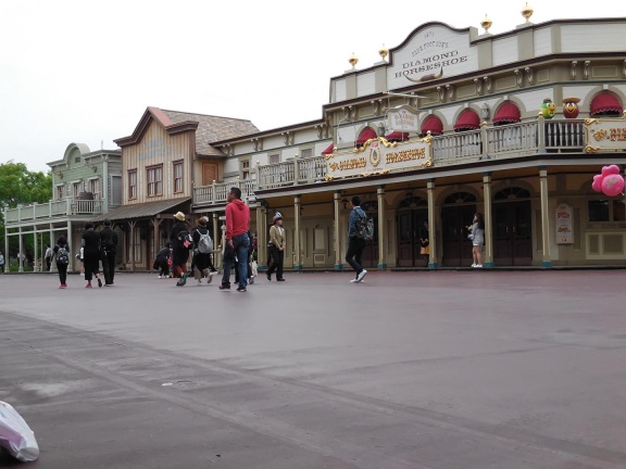 ダイアモンドホースシューの前です。多くのパレードはこのあたりにキャラクターが止まることがあります。