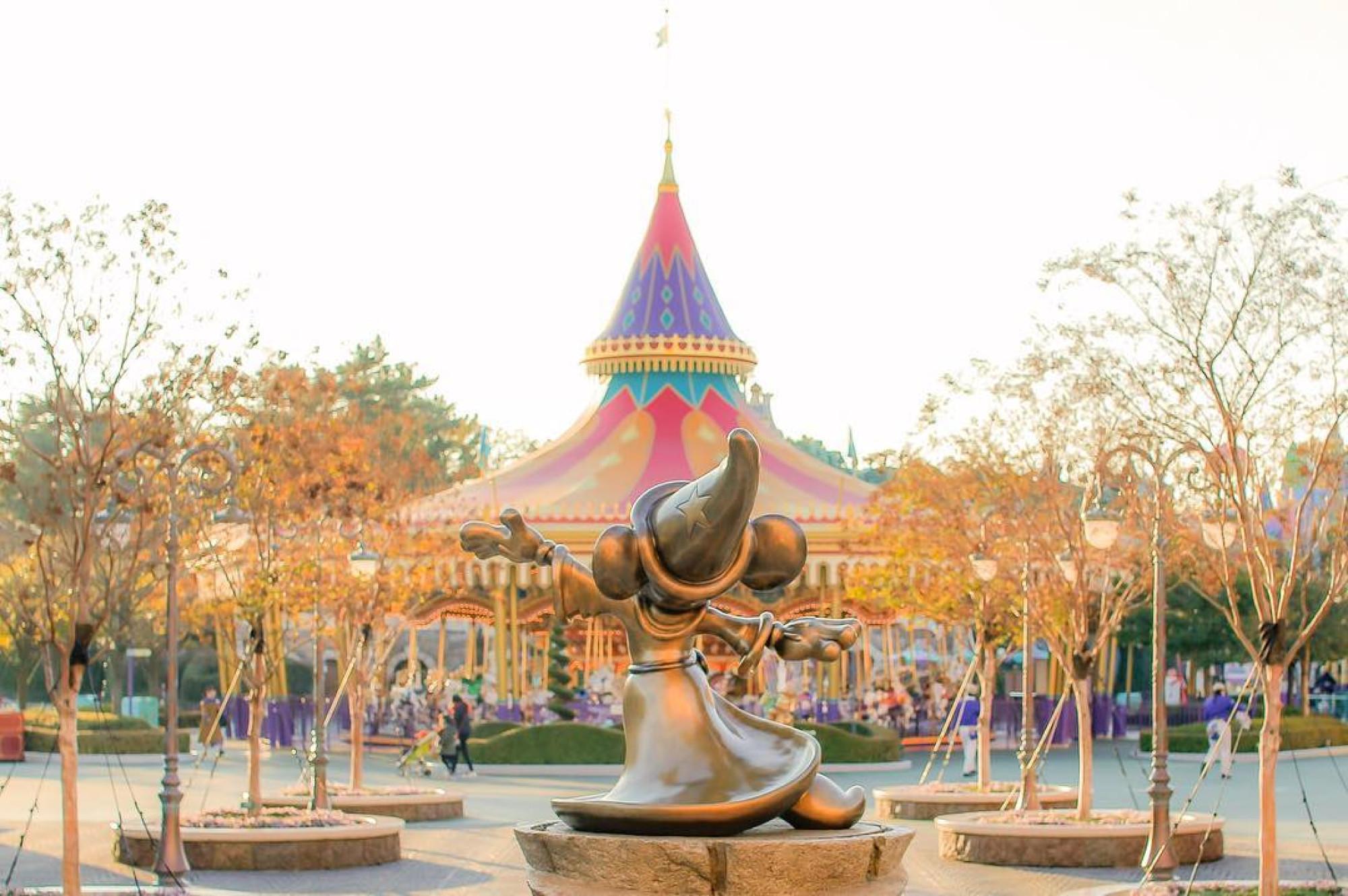 ディズニーランドのミッキー像