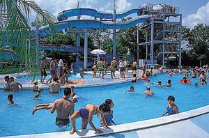 夏にはプールである「リナビーチ」も開かれます