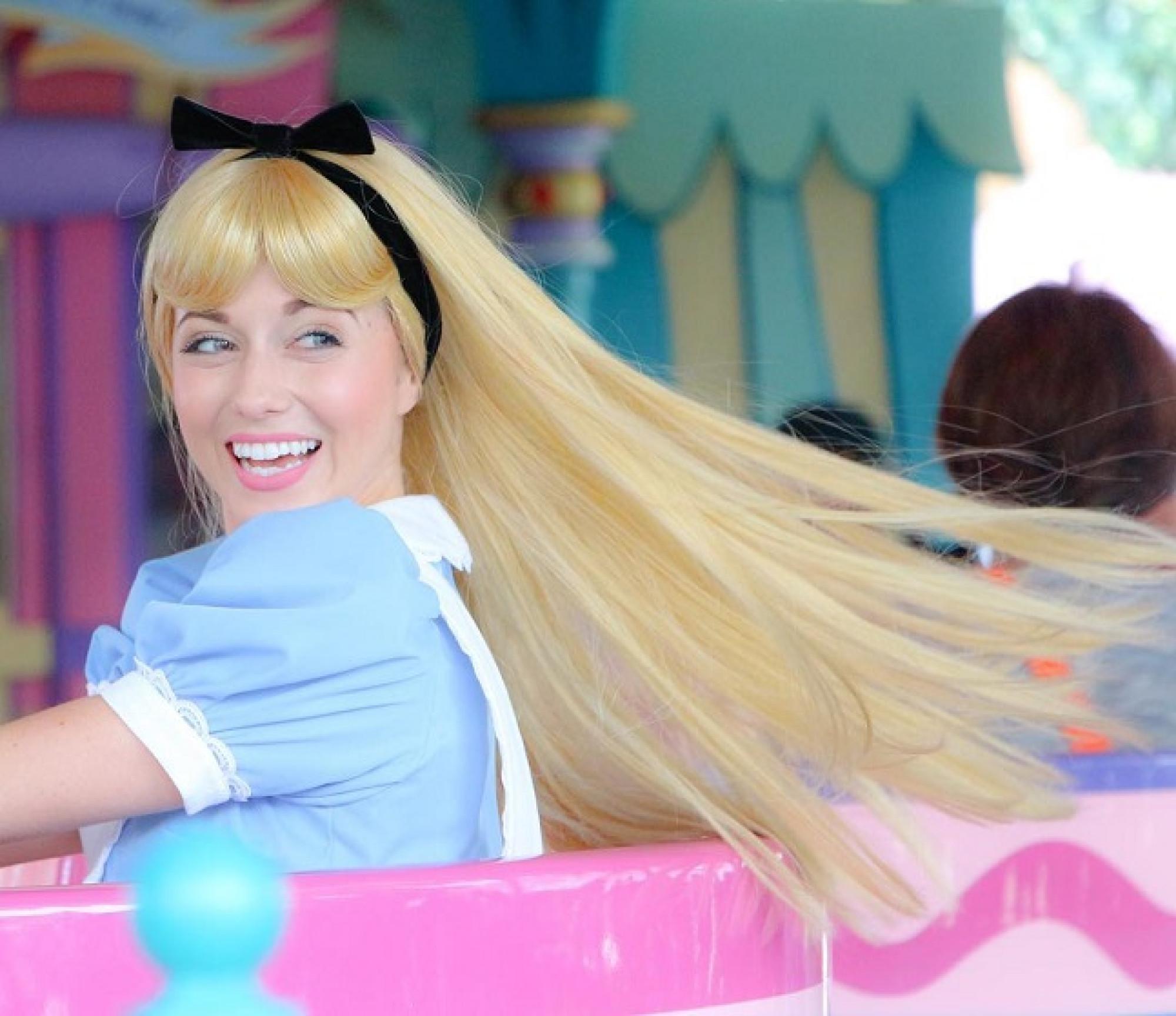 アリスのティーパーティーに乗るアリス